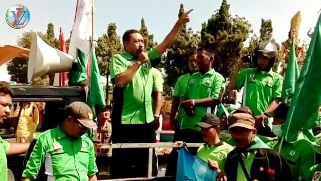 Mustafa Sambangi Aksi Buruh