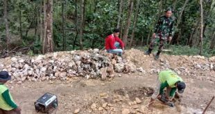 Tentara Harus Datangkan Mesin Bor Untuk Hancurkan Batu di Lokasi TMMD