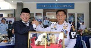 Ridho Ficardo Dikukuhkan Sebagai Keluarga Kehormatan Polisi Militer Angkatan Laut