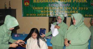 Pelatihan Memotong Rambut di Lokasi TMMD