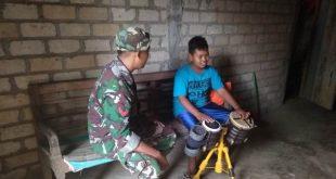 Tentara Ini Memberi Pencerahan Kepada Anak Yang Ingin Jadi  Anggota