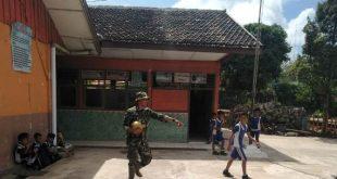 Jalin Keakraban Dengan Murid-Murid SD, Tentara Ladeni Tantangan Main Bola