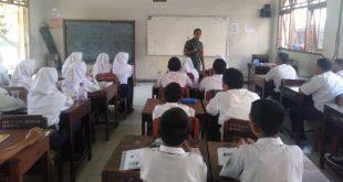 Babinsa Kelurahan Serengan Memberikan materi Bahaya Narkoba di SMP Negeri 19
