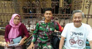 Jalin Keakraban, Babinsa Kelurahan Kemlayan Melaksanakan Komsos dengan Warga