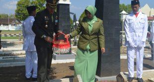 Dandim Pati Berserta Ny. Ayu Rispati Darmawan Tabur Bunga Diperingatan Hari Pahlawan