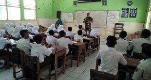Babinsa Memberikan Materi  Pendidikan Pancasila & Bela Negara bagi Siswa SMPN.14 Purwodiningratan