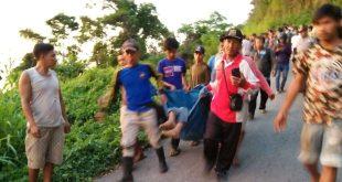 Bersama Warga  Petugas Evakuasi Korban Kecelakaan Pick Up L300 Masuk Jurang