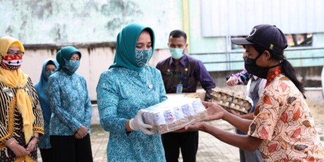 Kuatkan Semangat Hadapi Covid-19, Ibu Riana Arinal Beri Bantuan Telur dan Susu kepada Masyarakat dalam Program Jumat Barokah ke-8