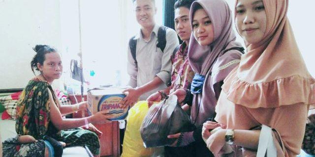 IMM STKIP- M Kotabumi Memberikan Bantuan Kepada Siti Aminah